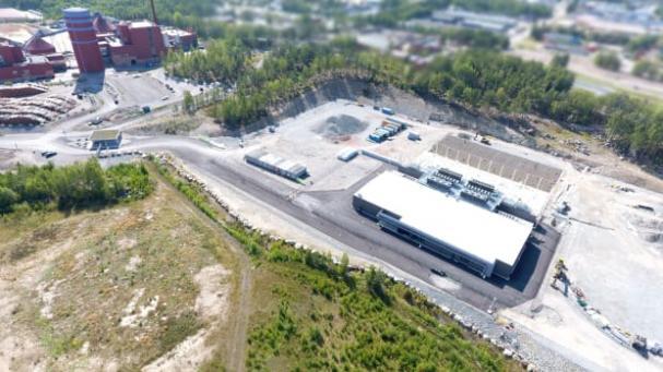 På bilden syns Falu Energi och kraftvärmeverk till vänster, existerande datacenter närmast i bilden, samt den påbörjade tillbyggnationen bakom den existerande byggnaden.