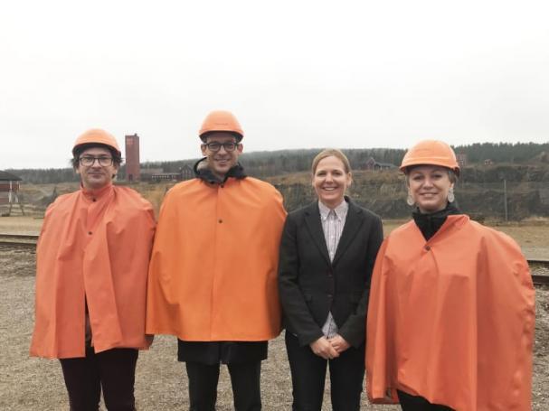 Franske ambassadören David Cvach (andra från vänster), tillsammans med Pascal Rebreyend, Anna Björkman och Orlane Valentin, på väg ner under jord i Falu Gruva.