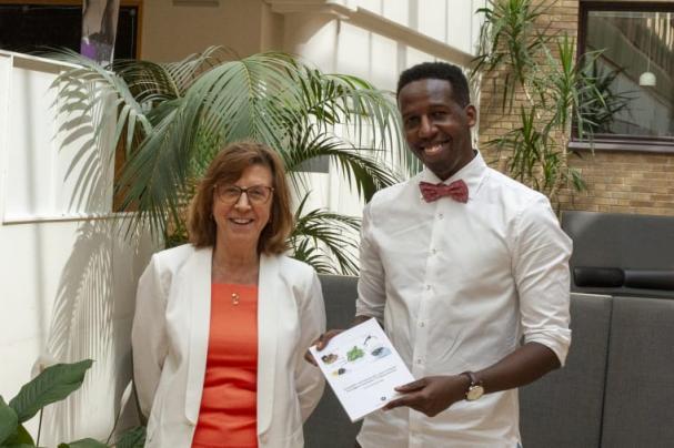 Jean Claude Nzayisenga, Insitutionen för fysiologsik botanik, tillsammans med sin handledare professor Anita Sellstedt.