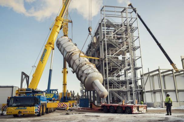 Stora kolonnen lyfts på plats i SunPines nya andra fabrik.