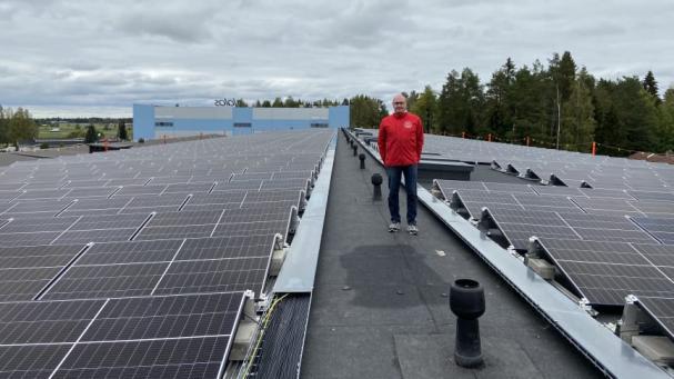 Juha Pentinmäki, Production & Distribution Manager, visar de nya solcellerna.