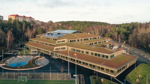 Den 12 500 kvadratmeter stora byggnaden är modern och rymmer 750 elever i årskullarna fyra till nio.