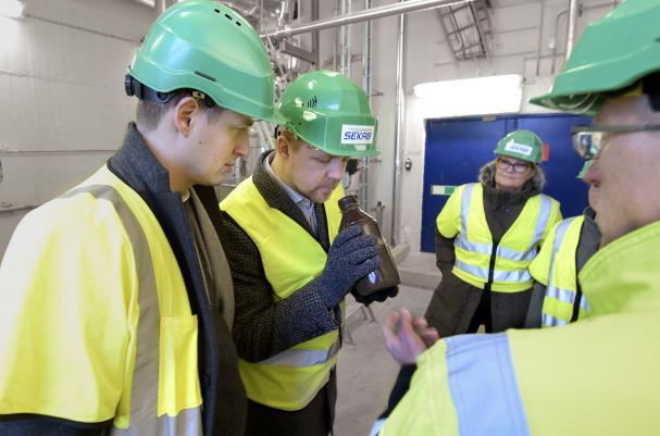 Emil Källström och Fredrick Federley fick lukta, känna och se mer av SEKAB:s ledande teknologi för att framställa exempelvis etanol med skog som råvara. På bilden syns även Kristina Nilsson och Thore Lindgren från SEKAB.