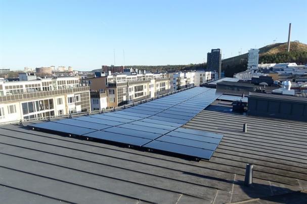SKB har investerat i en ny solenergianläggning i Hammarby Sjöstad.