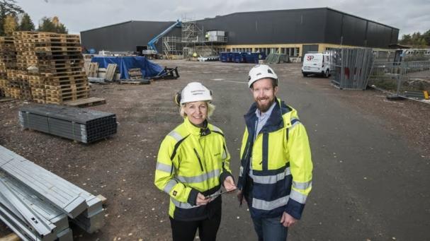 Lars Ekblom (projektchef från Caverion) tillsammans med Kristin Folkesson (projektledare från ByggDialog) framför byggandet av Hammaröskolan.
