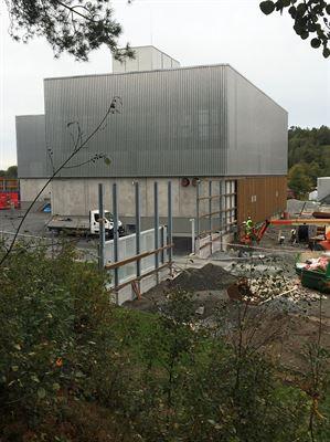 Försörjningscentralen har en fasad av trä och metall.