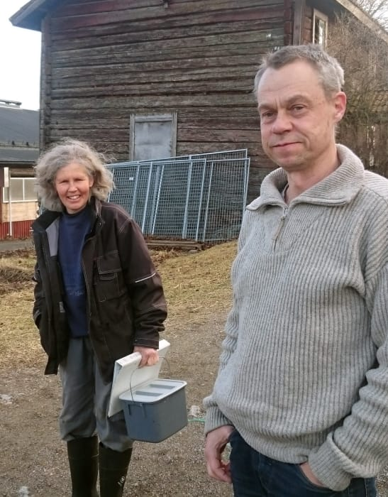 – Vi har ett starkt miljöintresse, och det är roligt att kunna medverka till att teknik utvecklas som gynnar användningen av solenergi i Sverige, säger Eva, lantbrukare på pilotgården. Här med Ola Petterson, RISE, till höger.