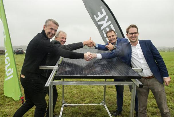 Fr v: Lennart Carlsson, ABB, Alf Engqvist, Göteborg Energi, Ola Serneke, Serneke och Erik Martinson, Svea Solar, lade Säve solcellsparks första solcell på plats.