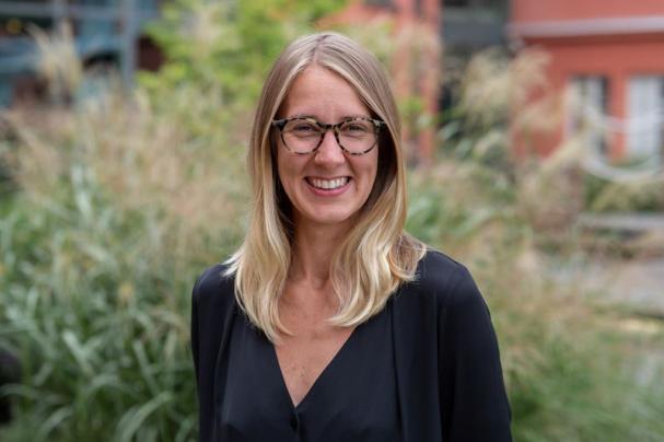 Johline Lindholm arbetar på Telge Energi sedan 2017 och har sin bakgrund inom klimat- och hållbarhetsrörelsen. Bland annat har Johline Lindholm suttit som ordförande för PUSH Sverige och haft uppdrag som lokal projektkoordinator för 350.org.