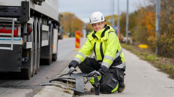 I Visby testas nu elvägen i projekt Smartroad Gotland. Under asfaltsremsan döljer sig kopparspolar, som kan ladda fordonsbatterier med magnetisk induktion medan fordonen kör. Med ansvar för eltekniken i projektet har Eitech bland annat kopplat in och spänningssatt spolarna.