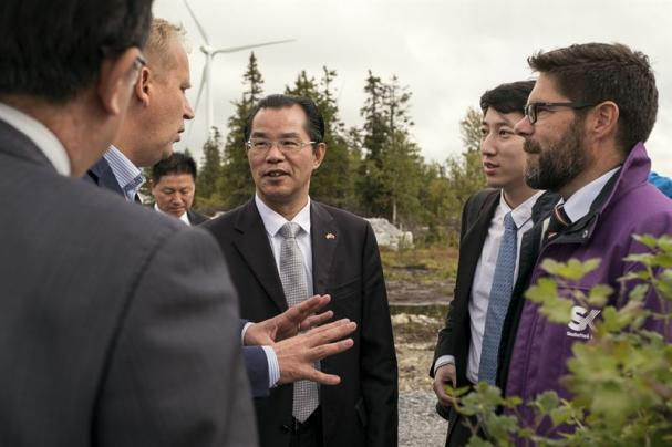 Kinas ambassadör GUI Congyou i samspråk med Per Langer, Fortum, och Hans Kreisel, Skellefteå Kraft.