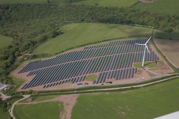 <span><span>Solkraftparken vid Parc Cynog, Wales, med totalt 5 megawatt (MW) solpaneler i anslutning till vindkraftsparken.</span></span>